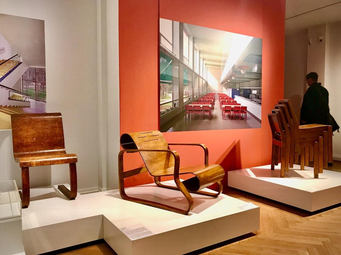 Stuhl von Alvar Aalto in der Ausstellung Nordic Design im Bröhan Museum, Berlin